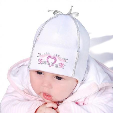 Wiosenna czapeczka dla dziewczynki z serduszkiem.