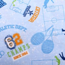 Tenis na niebieskim tle